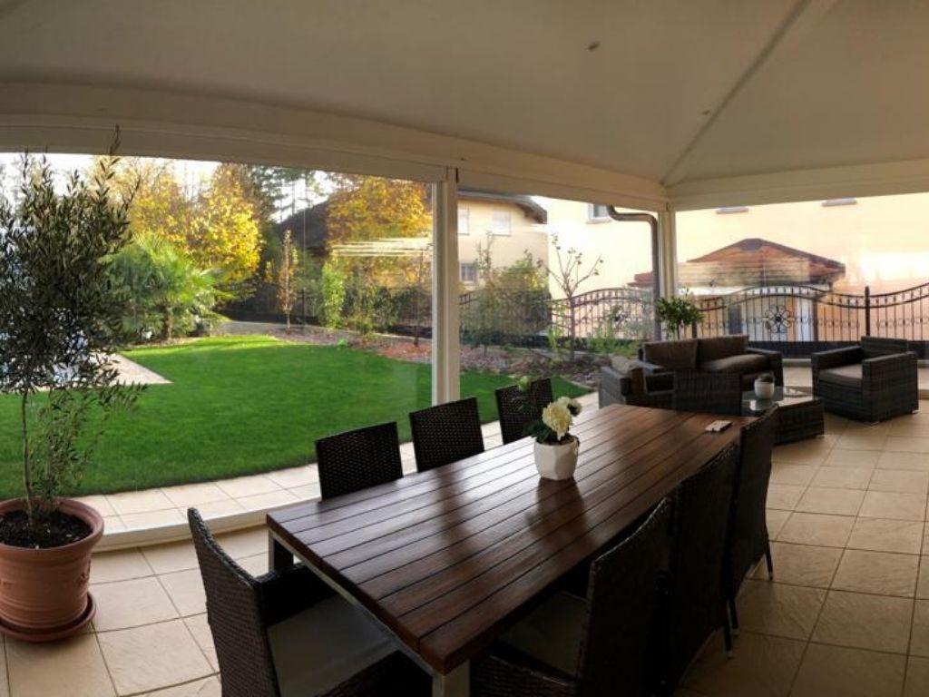 Chiusura di veranda con tende in pvc
